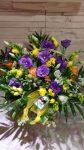 Virágkosár fréziákból és szellőrózsákból