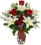 Rózsák illatos liliomok között