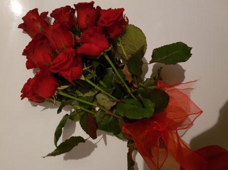 Egy tucat rózsa minimál stílusban