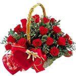 20 szálas rózsa kosár édességgel
